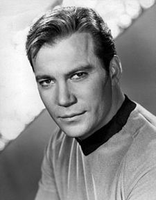 Photo publicitaire de William Shatner dans le rôle du Capitaine Kirk.