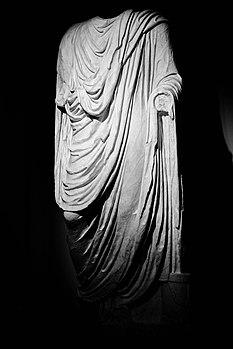 Statua acefala di togato.jpg