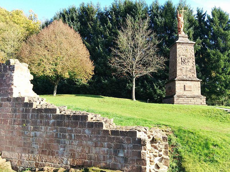 Statue et ruines du château de Walschbronn