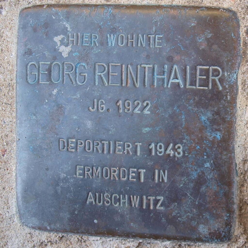 https://upload.wikimedia.org/wikipedia/commons/thumb/a/a5/Stolperstein_Kitzingen_Rosenstra%C3%9Fe_10_Georg_Reinthaler.jpg/1024px-Stolperstein_Kitzingen_Rosenstra%C3%9Fe_10_Georg_Reinthaler.jpg
