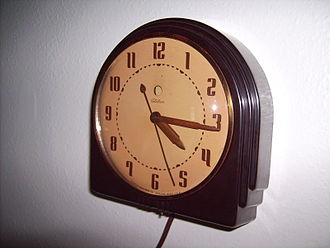 Electric clock - Telechron synchronous electric clock manufactured around 1940. By 1940 the synchronous clock became the most common type of clock in the U.S.