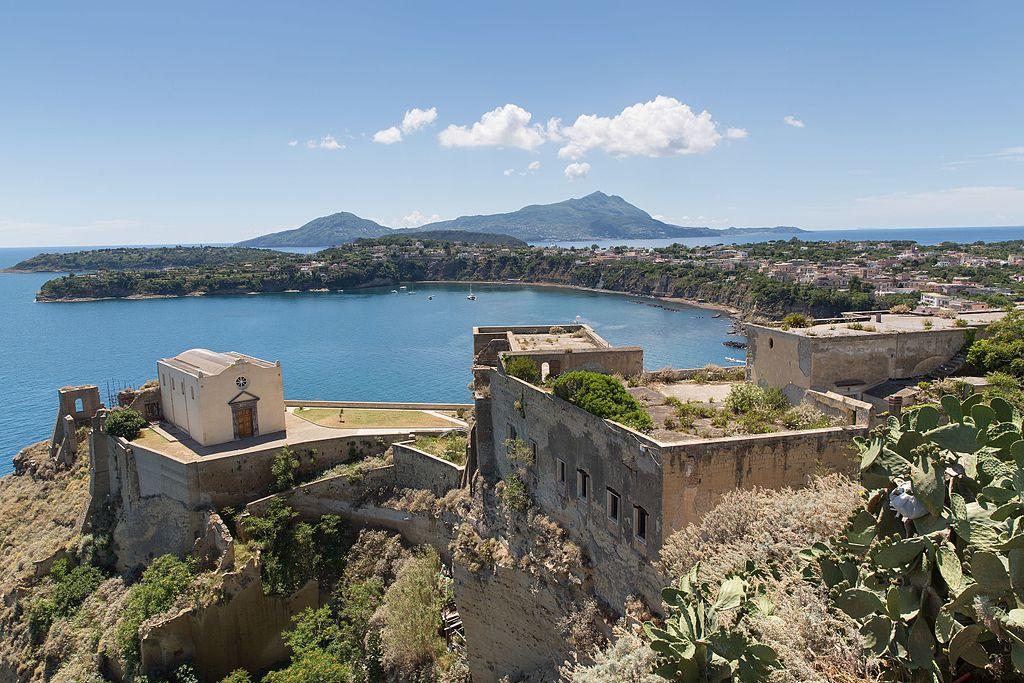 Vue depuis Terra Murata sur l'île de Procida avec au fond l'île d'Ischia - Photo de Ekrem Canli