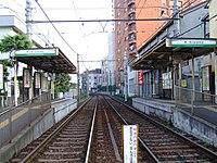 Toden-arakawakuyakushomae-platform.jpg