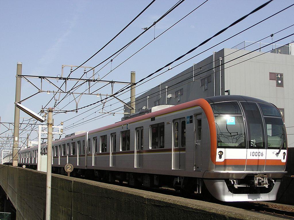 辰巳 - 新木場間を走行する10000系電車