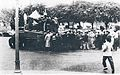 Trabajadores peronistas avanzan detrás de un tanque.jpg