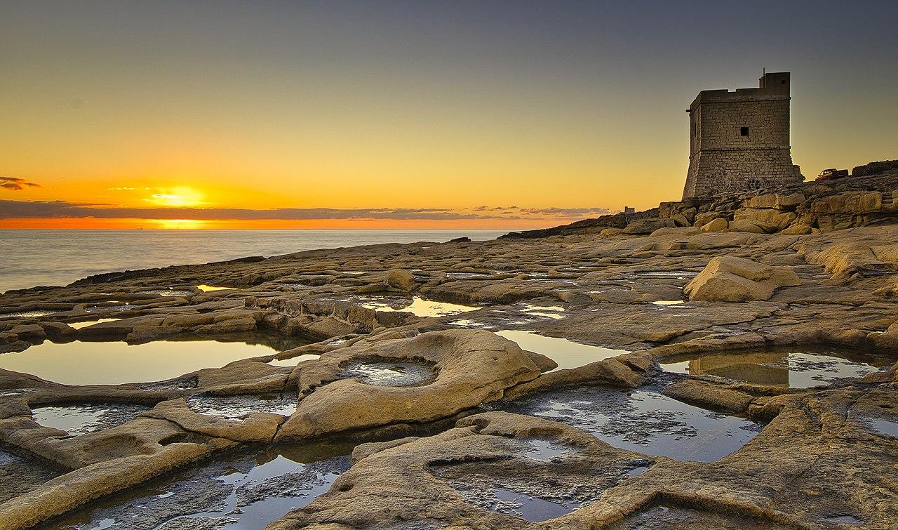 Triq il-Wiesgha Tower at sunrise.jpg