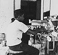 Tropenmuseum Royal Tropical Institute Objectnumber 20007195 De suikerzakjes machine in de suikerr.jpg