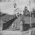 Twee vrouwen op een trap voor een kerk in een buitenland Ascona, Zwitserland, Bestanddeelnr 254-5608.jpg
