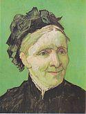 Un retrato de primer plano de una anciana bien vestida se sienta mirando a su izquierda (la derecha del espectador).  Ella tiene una sonrisa agradable y está vestida con un top oscuro y lleva un sombrero, frente a un fondo verde vivo.