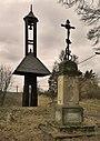 Velký Hubenov, zvonička a kříž.jpg