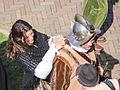 Verklede Spaanse vrouw verzorgd haar man die Soldaat is..jpg
