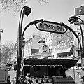 Verkoopstalletje bij de metro-ingang op Place Blanche, Bestanddeelnr 254-0581.jpg