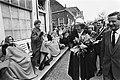 Viering Koninginnedag in Veere, Koningin Beatrix zwaait naar bejaarden die dik ingepakt langs de route zaten, Bestanddeelnr 931-4606.jpg