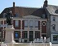 Villers-Cotterêts statue et poste 1a.jpg