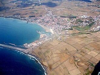 Praia da Vitória - A partial view of the municipal seat of Praia da Vitória, located along the Fontinhas fault