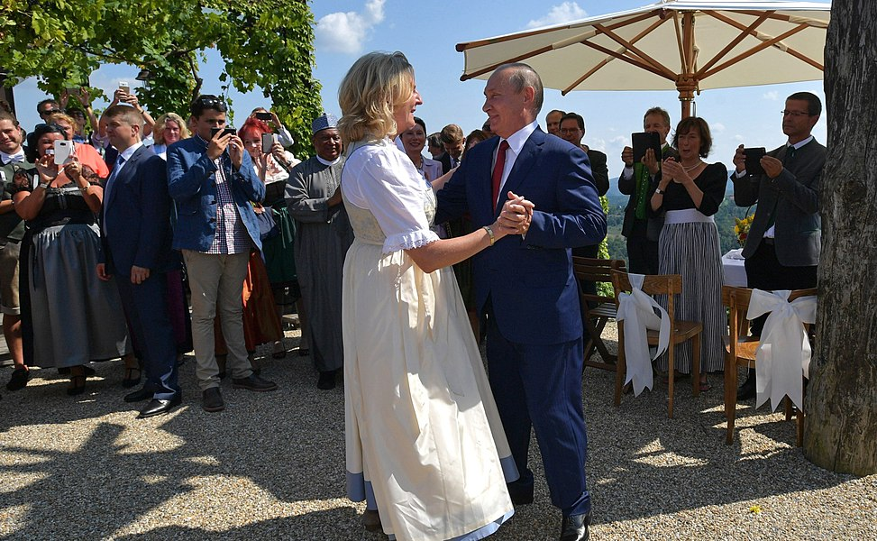 Vladimir Putin at the wedding of Karin Kneissl (2018-08-18) 07.jpg