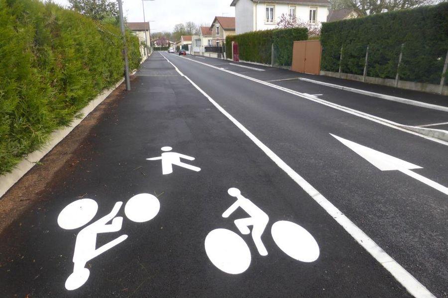 Piste cyclable de la voie verte dans un rue à la périphérie de l'agglomération