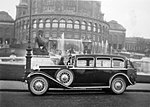 Walter Royal (1931) limuzína před Trocaderem SOA 01.jpg
