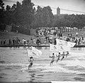 Waterskieers tijdens de vlaggenparade op de Bosbaan te Amsterdam, Bestanddeelnr 914-1635.jpg
