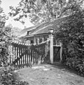 Zijgevel van rietgedekt huis met rietgedekte dakkapel, houten toegangshek - Maasdam - 20401172 - RCE.jpg