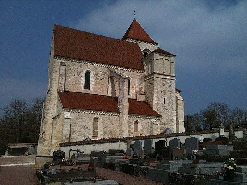 Église Notre-Dame de Prégilbert en Yonne (France) vue du bas