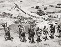Żołnierze kompanii G, 2. batalionu, 38. pułku 2. Dywizji Piechoty schodzą z plaży Omaha, 7.06.1944.jpg