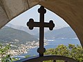 Свјетлопис крста на капији порте сербске пр.цр.св.Неђеље,Забрђе,Луштица, са погледом на дио Боке.jpg