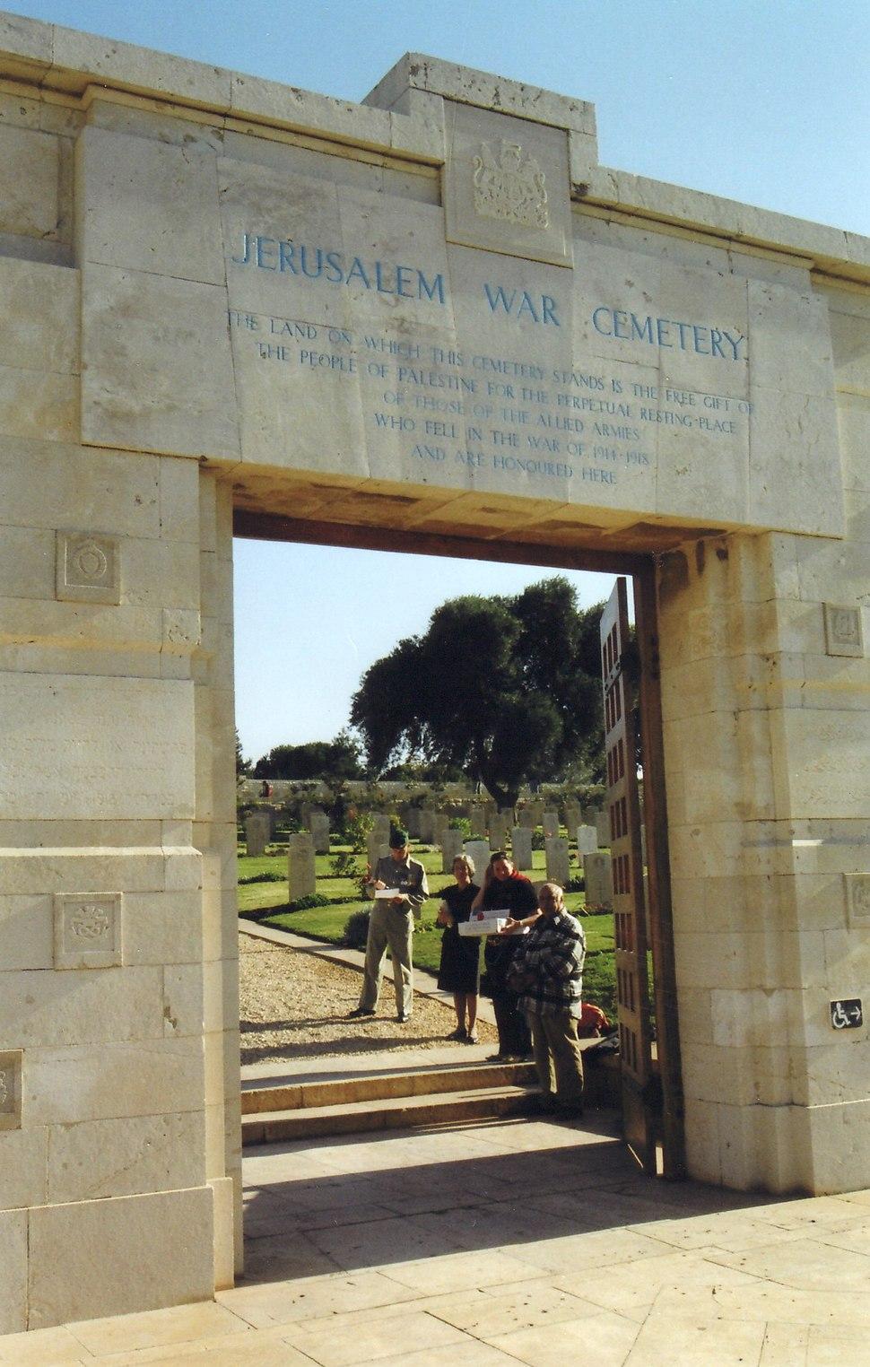 בית הקברות הבריטי בירושלים, שער הכניסה. 2006