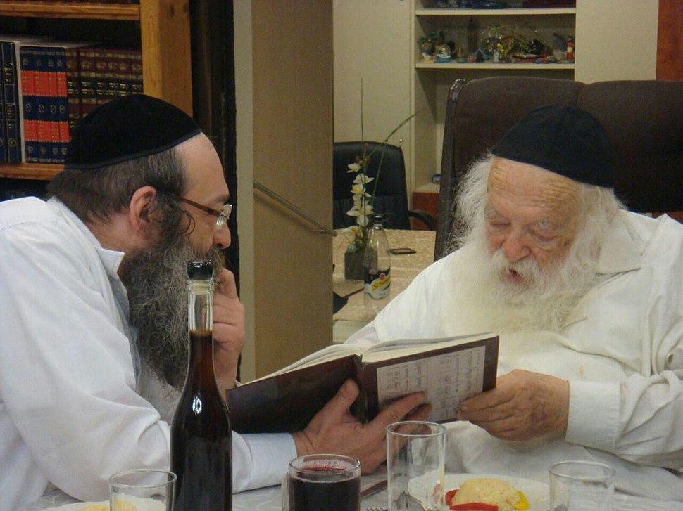 הרב קנייבסקי עם בנו הרב אברהם ישעיהו