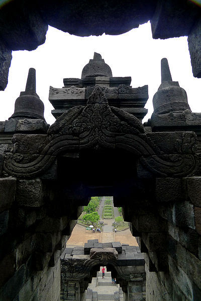 File:婆罗浮屠各层的门洞.JPG