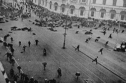 Dispersion de la foule sur la perspective Nevski, pendant les journées de juillet.