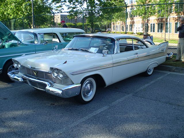 https://upload.wikimedia.org/wikipedia/commons/thumb/a/a6/1958_plymouth_belvedere_2-door_hardtop_%28observe%29.jpg/640px-1958_plymouth_belvedere_2-door_hardtop_%28observe%29.jpg