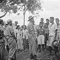 1e luitenant Dunki Jacobs met inwoners van Depok, Bestanddeelnr 255-6820.jpg