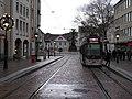 2017-12-10, neue Haltestelle Siegesdenkmal in Freiburg am Anfang der Kaiser-Joseph-Straße, im Hintergrund das w.jpg