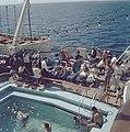 Aan boord van het schip Jerusalem Zonnende passagiers aan dek bij het zwembad, Bestanddeelnr 255-9373.jpg