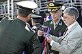 Ao lado do comandante do Exército, Celso Amorim condecora estandarte com a Medalha do Pacificador, em cerimônia do Dia do Soldado (7871970892).jpg