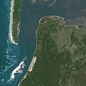 Vue satellite d'une grande partie du territoire de la commune et des alentours.