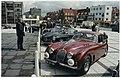 Badhuisplein met klassieke auto's die meedoen aan de Rotary Road Masters voor een goed doel. NL-HlmNHA 54037333.JPG