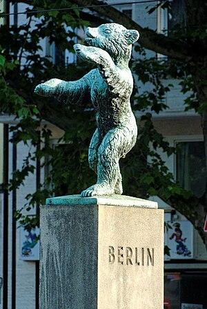 Renée Sintenis - Image: Baerenstatue an der Berliner Allee in Duesseldorf Friedrichstadt, von Norden
