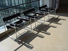 Chaise issue du Bauhaus de Dessau, réalisée en acier tubulaire et assise en cuir.