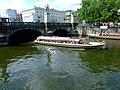 Berlín, Mitte, loď podjíždějící most.jpg