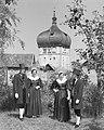 Bregenz - Trachtengruppe in Bregenzer Tracht mit Martinsturm im Hintergrund.jpg