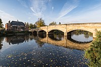 Bridge over the River Soar, Abbey Park (geograph 4718856).jpg
