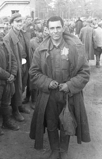 Jewish-Soviet POWs marked with yellow badges. August 1941 Bundesarchiv Bild 101I-267-0111-37, Russland, russische Kriegsgefangene (Juden).jpg