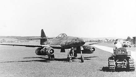 Me 262 A in 1945 Bundesarchiv Bild 141-2497, Flugzeug Me 262A auf Flugplatz.jpg