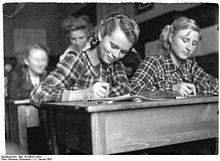 Bundesarchiv Bild 183-09257-0002, Langenweddingen, Winterfortbildung im Kulturhaus.jpg