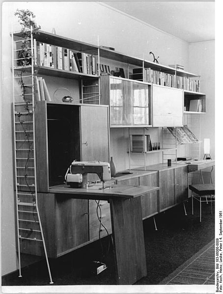file bundesarchiv bild 183 86000 0009 schrankwand m belwerke wikimedia commons. Black Bedroom Furniture Sets. Home Design Ideas