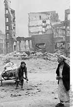 Civils dans Stalingrad en ruines.