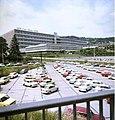 Bundesarchiv Bild 183-T0709-429, VEB Carl Zeiss Jena, Gebäudeansicht, Parkplatz.jpg