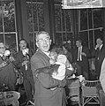 Burgemeester Thomassen bracht drie aapjes naar Blijdorp, hier met de jongste aap, Bestanddeelnr 918-2333.jpg